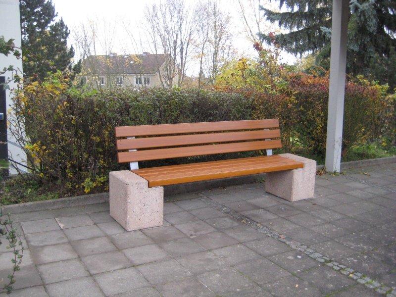 """""""Im vergangenen Jahr hat der Freundeskreis Kreuzkirche eine Ruhebank für den Kirchplatz finanziert."""""""